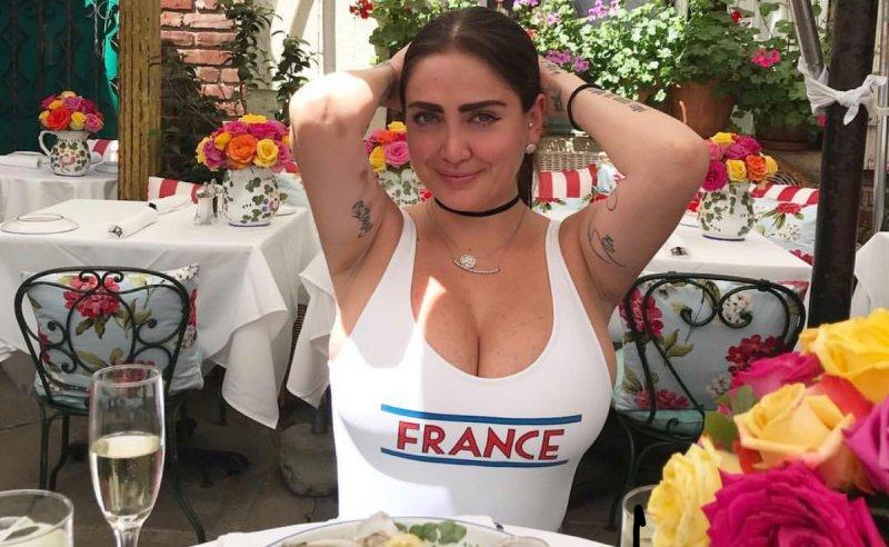 Celia Lora Lo Vuelve A Hacer Y Camina Desnuda Por La Playa