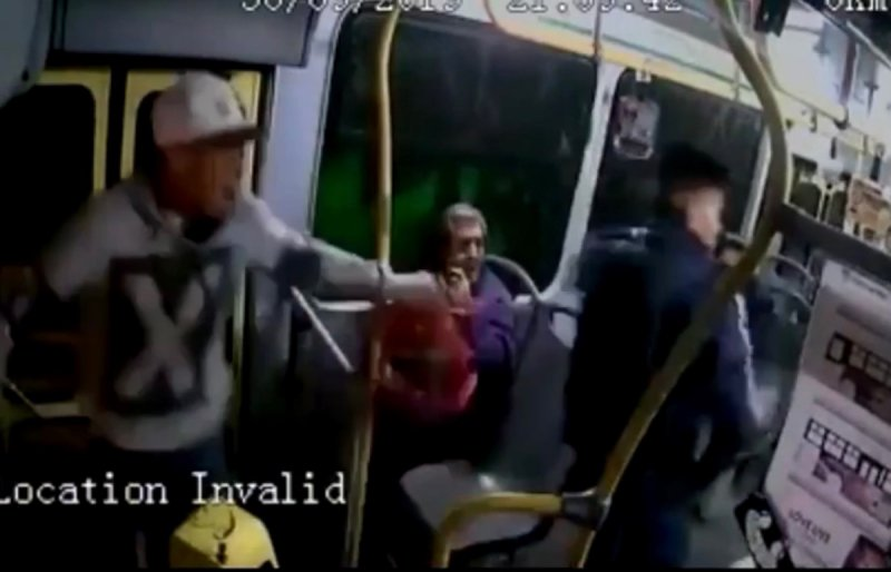 VIDEO: Pasajeros desarman a ladrones de transporte público y les disparan.